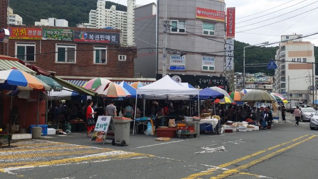 車道ぎりぎりまでお店が広がっている下端五日常設市場(2018年7月撮影)7月撮影)