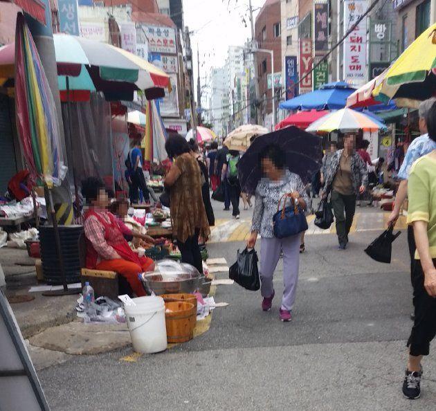 下端五日常設市場で買い物を楽しむ人々(2018年7月撮影)